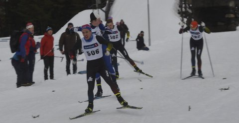 ANDREMANN: Mathias Sørnes (506) vinner 18-årsklassen foran Albert Berget, som ser seg tilbake og konstaterer at han slår Vemund Kragh og Anders Larsen Høiås.