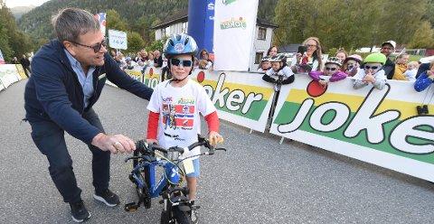 LYKKELIG VINNER: Sju år gamle Zander Dayton blir overrakt en ny sykkel md gir av Lars Egedahl på Tour of Norway for kids-arrangementet på Norefjord torsdag kveld. ALLE FOTO: OLE JOHN HOSTVEDT