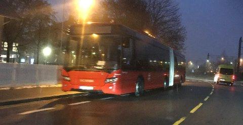 Ikke lov: Det er ikke tillatt for bussene å regulere gjennom å parkere på fortau eller sykkelfelt ved Lillestrøm stasjon.