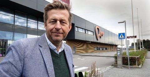 Finn Erik Blakstad, Venstre, på Rygge flyplass. Han tror på Avinor-overtakelse av flyplassen for å sikre fremtidig aktivitet der.