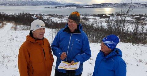 PÅ BEFARING: Teknisk delegert for NM på ski, John Aalberg, NRK-producer Ola Fagerheim og Sylvi Ofstad, løypesjef for NM, gjennomførte tirsdag en befaring av NM-traseen på Storelva. Der kom det fra at den ytterste delen av den klassiske traseen ikke var bred nok. Dermed må arrangørene gjøre løypene kortere enn det de hadde planlagt.