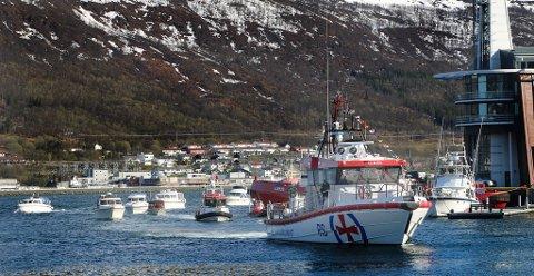 ESKORTE: «Odd Fellow III» fikk æresfølge inn Tromsøysundet.