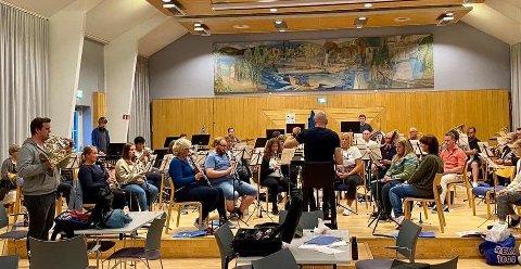 Gjøvik Bykorps øver til huskonserten 17. september.