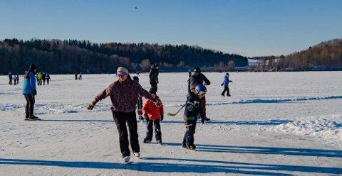 POPULÆRT: Isen på Årungen er fortsatt trygg, men det vil ikke lenger bli brøytet opp skøytebane denne vinteren.