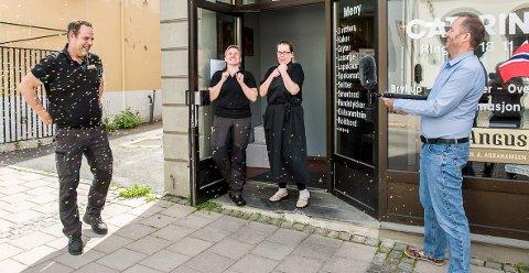 JUBEL: Det er ikke hver dag at Torbjørn Abrahamsen og de ansatte hos Slakter Abrahamsen blir stående i konfettidryss, men det skjedde fredag. I døra står Beata Dahl og Terese Olafsen. Til høyre står Eirik Haugen, ansvarlig redaktør i ØP.
