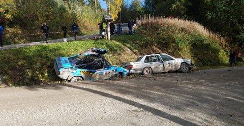 Volvoen skrellet av taket på bilen til Ruben Bjerknes i påkjørselen i Østbrumundvegen. – Heldigvis satt vi ikke i bilen da, men bilen er totalskadd. Det er en tung dag, sier rallyføreren. Foto: Privat