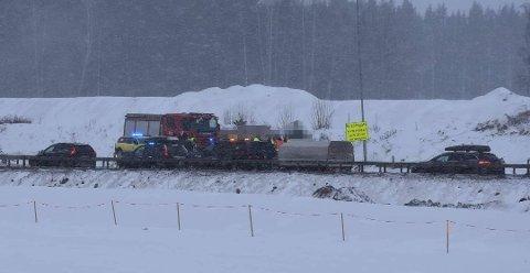 ULYKKE: En mann i 60-åra fra Gudbrandsdalen er bekreftet omkommet etter at to lastebiler og en personbil kolliderte på E6 nord for Arnkvernkrysset i Ringsaker. Foto: Thomas Strandby.