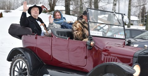 PÅ GAMLE TRAKTER: Edvard Munch (Gotmar Rustad) og Oline Fløtholen (Ingeborg Torp) dukket opp i Løten på den verdensberømte kunstnerens 156-årsdag.