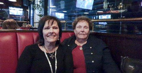 FULGTE MED: Tante Wenche Irene Keiserud (t.v.) og bestemor Else Marit Bølla (84), fulgte med på Idol-sendingen på pub. Foto: Privat