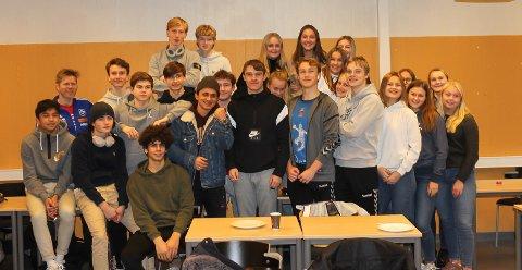 FEIRET MED KLASSEKAMERATER: Marcus Elnæs-Øvald (i midten med sort genser) sammen med klassekameratene på idrettslinja.