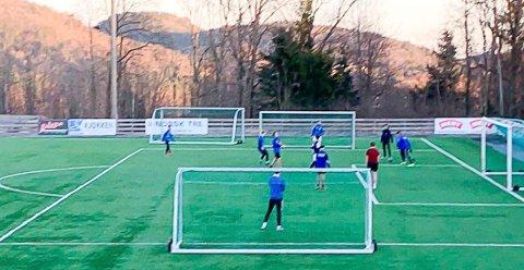 FOTBALL: Et titalls ungdommer ga blaffen og spilte fotball på Tvetenbanen fredag kveld.