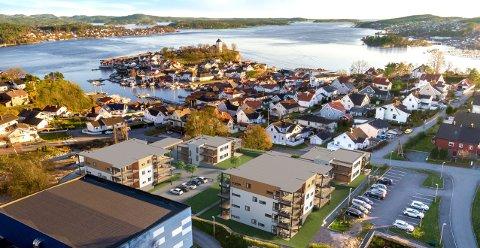 UTSIKT: Brevik Terrasse ligger på Furulund i Brevik med nærhet til idrettsparken, Brevikshallen og oppvekstsenteret med skole og barnehage. Fra de øverste leilighetene i 4. etasje, blir det utsikt ut over Langesundsfjorden og ned til Indre havn i Brevik sentrum.
