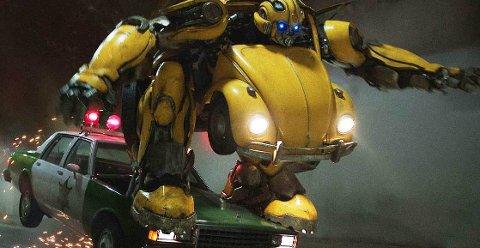 BUMBLEBEE: Filmen fir forhistorien til den gule Bumblebee. Handlingen utspiller seg på 80-tallet. Charlie ønsker seg en bil til attenårsdagen, og kommer over en gul VW-boble på en skraphaug i nærheten. Når den skal fikses viser det seg at det er Bumblebee.