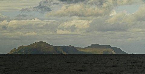 Fyret på Runde ligger på Kvalneset, i fjellfoten lengst nordvest på den ytterste øya på Søre Sunnmøre.