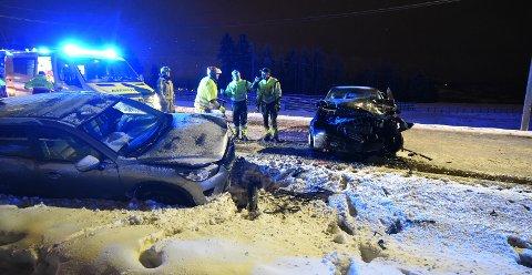STORE SKADER: Her er to av de involverte bilene. FOTO: VIDAR SANDNES