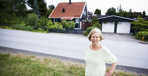 MISTER GARASJEN: – Hva skal jeg med en garasje jeg ikke kan kjøre inn og ut av? Jeg får eiendommen rasert på begge sider, sier Lillian Buen fortvilet.foto: Lisbeth Lund Andresen