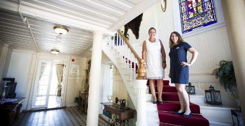 Bryllupshotellet: I fjor ble det avholdt 83 bryllup på Losby Gods, noe som var norgesrekord. Søndag arrangerer hotellet bryllupsmesse med blant annet egen catwalk hvor neste sesongs brudekjoletrender vises fram. Hotelldirektør Heidi Elisabeth Fjellheim (t.v.) og markedsansvarlig Marianne Frilseth forventer flere hundre vordende bruder og brudgommer. FOTO: LISBETH ANDRESEN