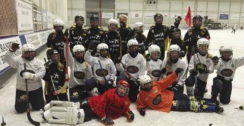 Bandy: Nordre Sande Supergirls har vært på treningsleir i Slättbergshallen for første gang.
