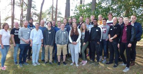 LÆRINGER:   De nye lærlingene på Borregaard samlet på ett brett. Med på bildet er også representanter fra bedriften som har deltatt under fellessamlingen.