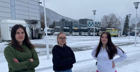 MERKELEG: Hanna Ljøsne (f.v.), Emilie Helland og Cathrine Damstuen Lerberg tykkjer det er merkeleg at koronareglane på bussen dei tek til skulen skil seg så åt frå reglane på sjølve skulen.