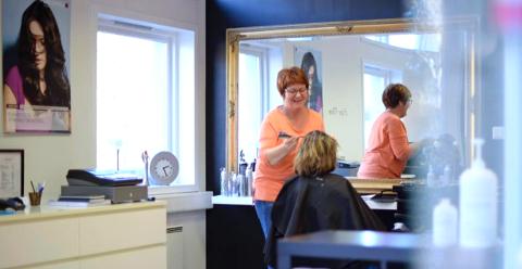 LANG KØ: Det er mange utolmodige kundar som vil fiksa håret sitt, men Jorunn Hauge veit framleis ikkje kva tid ho kan opna salongen.