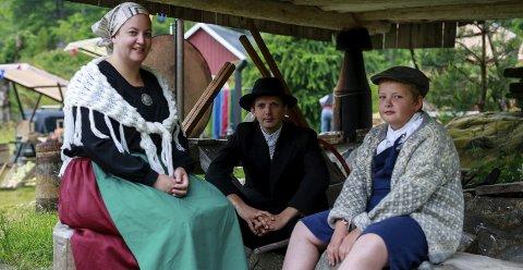 Statister: Mange lokale statister har bidratt under Farmen-innspillingen i Bamble dette året. Blant dem familien Wian Venheim, her i tidsriktige kostymer.