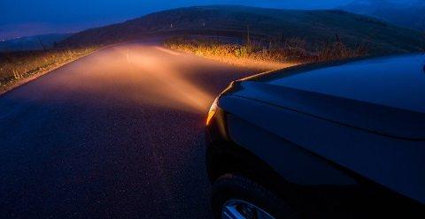 At lysene er riktig justert, er svært viktig for å ha oversikt både framover i veibanen og ikke minst få opplyst veikanten. Foto: Colourbox/ANB