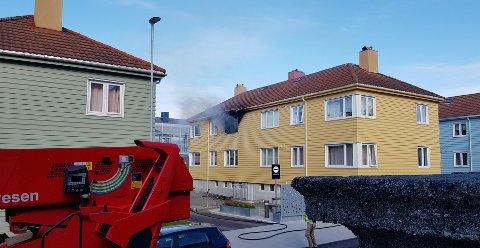 Det ble observert flammer og røyk fra bygget i Tollåsenga tirsdag formiddag. Nødetatene fikk etter hvert kontroll på alle beboerne.