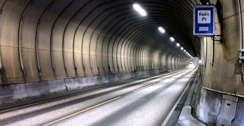 Farten i tunnelen ble målt til 138 km/t, og romsdalingen – som er i 30-årene – ble tiltalt etter veitrafikklovens paragraf 31 «for å ha kjørt fortere enn 80 km/t utenfor tettbebygd strøk» en torsdag ettermiddag i september i fjor.