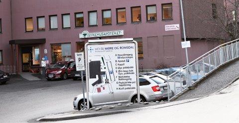 Sykehusapoteket i Kristiansund skulle egentlig legges ned i tråd med åpning av et nytt, felles sykehusapotek på SNR-Hjelset. Nå foreslås det videre drift selv etter åpning.