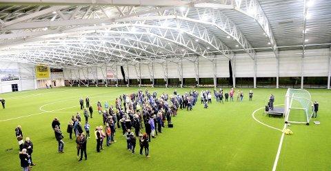 TRANG FØDSEL: Vestfoldhallen ble offisielt åpnet 8. januar 2016. Budsjettoverskridelsene førte til mye jobb for å komme i mål. Resultatet ble imidlertid en fotballhall som nå trekkes fram som referanse.