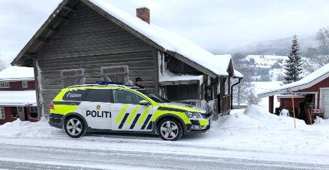 UTRYKNING: Bevæpnet politi kom til stedet og foretok et raskt søk i nærområdet uten å finne elgen.  Nå er kommunens fallviltgruppe satt på saken, med prioritet å få felt elgen så fort det lar seg gjøre.