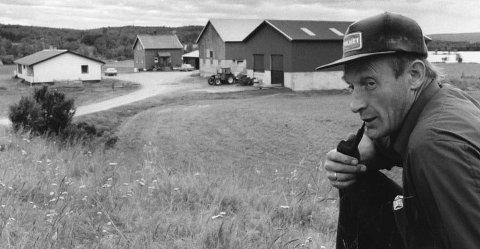 1987: Arvid Borgos har tatt avgjørelsen om å legge ned etter 11 år som bonde i Borgosen i Brekken. Fjøset er tømt og det er en vemodig gardbruker som går tilbake til snekkeryrket. ArkivFoto: Tor Enget