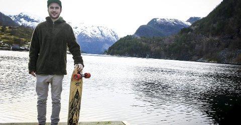 STARTAR KLUBB: Rikstad håpar at på sikt kan dei skapa eit longboardmiljø i Nordhordland. Difor har dei no starta klubb.