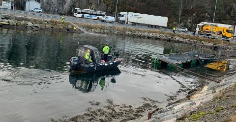 Det tok eit døgn å rydde opp etteroljelekkasjen i Sløvåg i Gulen.