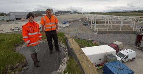 Overtar 1. august: Lufthavnsjef Inger-Hilde Tobiassen og driftssjef Roger Henriksen på taket av en av de tre frigitte jagerflyshelterne, som ligger like ved de nye brannstasjon- og vedlikeholdsbygget. Foto: Per Torbjørn Jystad