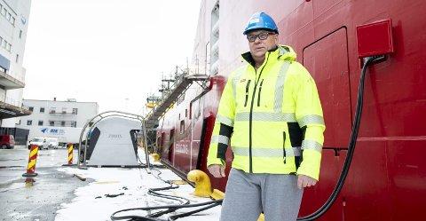 PROSJEKTLEDEREN:   Den grå installasjonen midt på bildet skal levere strøm til supplyskipene på Dokken. – Rederiene er motivert til å være med på satsingen og bygger nå landstrømstilkobling om bord, sier Carl Fredrik Aarø. FOTO: SKJALG EKELAND.