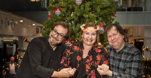 I år har Finn-Erix, her representert ved Halvor Folgerø og Finn Tokvam, med seg skuespiller Ragnhild Gudbrandsen som nisse på julebasaren på Forum denne uken.