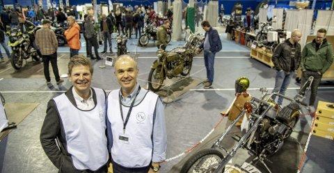 Frode Hetlevik (venstre) og Arne Hauge (høyre) har vært ansvarlige for å arrangere motorsykkelmessen på Bønes. De var godt fornøyd med pågangen da BAs utsendte var på besøk, lørdag.