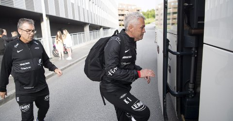 Kåre Ingebrigtsen får ikke Brann til å fungere. Her blir han skysset inn på bussen av oppmann Raymond Sanden etter tapet i Haugesund, det åttende på ti kamper.