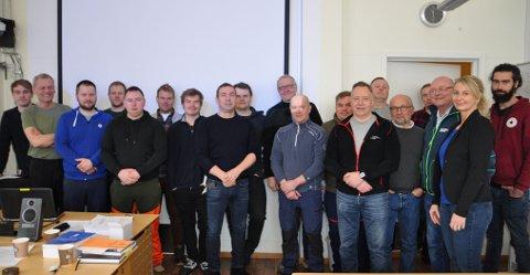 ALLE SKAL MED: Det tok litt tid å få samlet alle kursdeltakerne og ansatte da Finnmarksposten var på besøk.