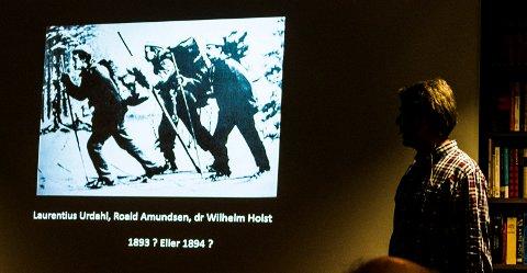 Øyvind Arntsen holdt et meget underholdende foredrag om Roald Amundsen i Thygesen-salen på Litteraturhuset tirsdag. Foto: John Johansen