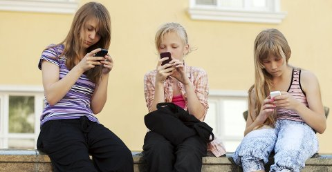 BØR SETTE NED FOTEN? Er det på tide å si stopp når det gjelder barns bruk av mobiltelefoner og annen skjermbruk? Det kan du være med på å si din mening om i et folkemøte på Litteraturhuset tirsdag.