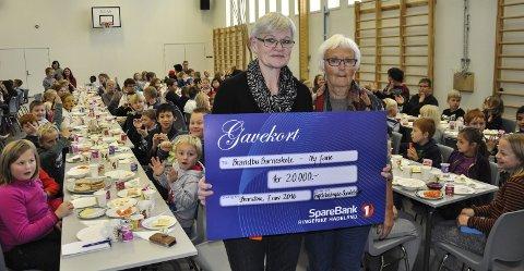 GAVE: Rektor Inger Jåvold tok imot gaven fra Tingelstadhøgda sanitetsforening, ved leder Astrid Bilden.