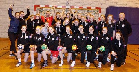 SISTE TRENING: Mosjøen håndballklubb skal til Trondheim og spille i EURO Youth Camp med J14,  J15 og J16. De skal også se EM-kamper i Trondheim Spektrum og de gleder seg. Bildet er fra siste trening torsdag kveld med J15 og J16.