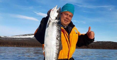 HEMMELIGHOLDER VEKTA: Tanaværingen Morten Blien fikk etter alle solemerker den første oppgangslaksen i Tanaelva 1. juni.