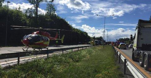 ULYKKE: Alle nødetater og ambulansehelikoptre rykket ut til E18 ved Bentsrudkrysset i Holmestrand.