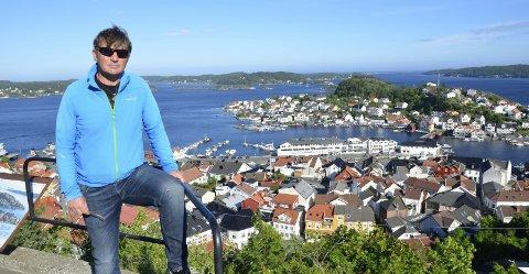 Andre Ekeberg Nilsen anbefaler både turister og fastboende til å besøke Kragerøs fine utsiktspunkter i sommer. Som her på Steinmann.