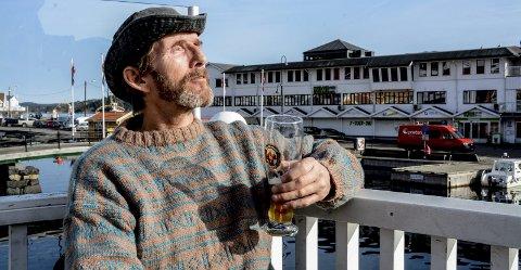 Petter Hansen nyter vintersola på Stopp en halv