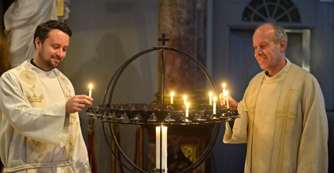 SNART JUL: Christen Christensen (t.v.) og Roar Tønnessen deltar i kirkevandringen som Kongsberg kirke skal ha julaften i år.
